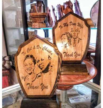 هدية على شكل درع تحمل صورة و كتابات محفورة على الخشب